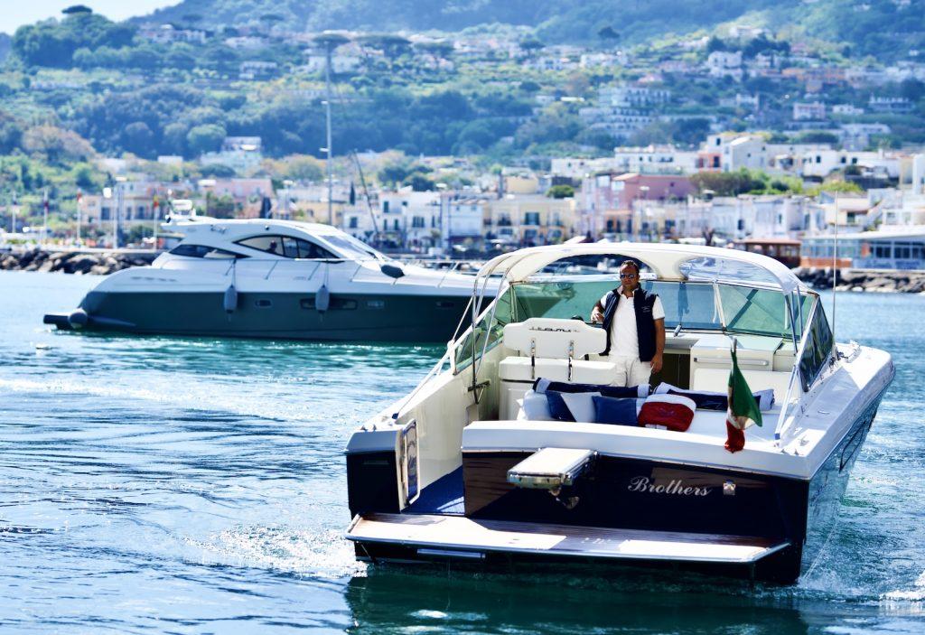Motoscafo in acqua con conducente